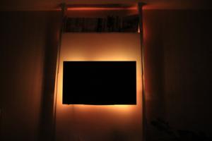 LEDテープライトで間接照明!壁掛けテレビをさらに高級にみせる技